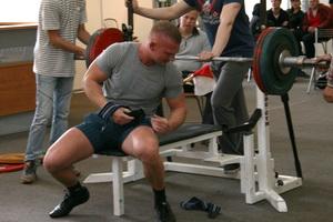 Олег Петров (Фитнес Экспресс) поднимает упавший кистевой бинт