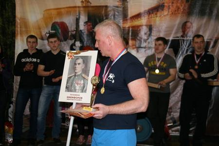 Сергей Никифоров с портретом деда